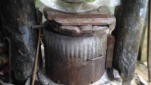 Na prensa, a mandioca moída permanece por algumas horas, até escorrer toda a água.