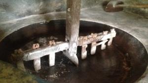 Depois de secar a mandioca na prensa, ela é torrada nesse tacho, aquecido à lenha, durante a tarde inteira.